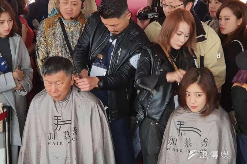 台北市長柯文哲21日上午出席新住民園遊會及感恩送暖活動,並在現場體驗「義剪」活動。(方炳超攝)
