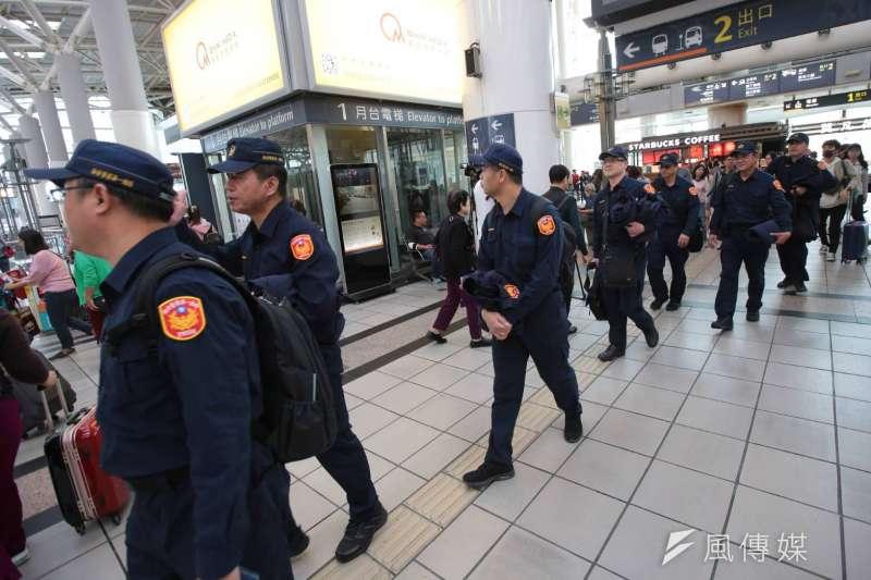 罷韓、挺韓遊行21日同時在高雄舉辦,警方進駐包括高鐵、台鐵、捷運等人潮聚集地。(顏麟宇攝)