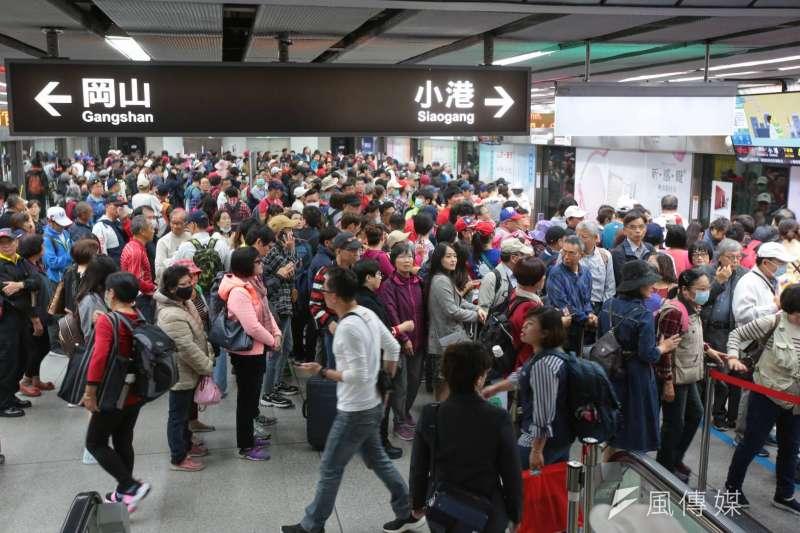 罷韓、挺韓遊行21日同時在高雄舉辦,警方進駐包括高鐵、台鐵、捷運等人潮聚集地,並加強在「衝突熱區」的警力部署。(顏麟宇攝)