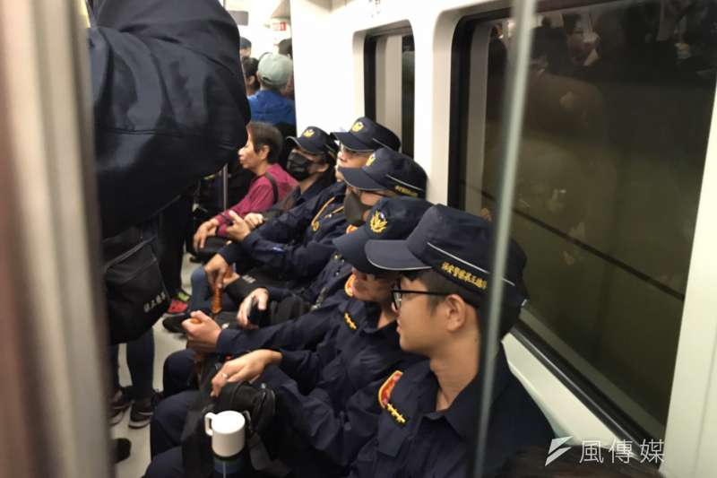 罷韓、挺韓遊行21日同時在高雄舉辦,警方進駐包括高鐵、台鐵、捷運等人潮聚集地。(黃信維攝)