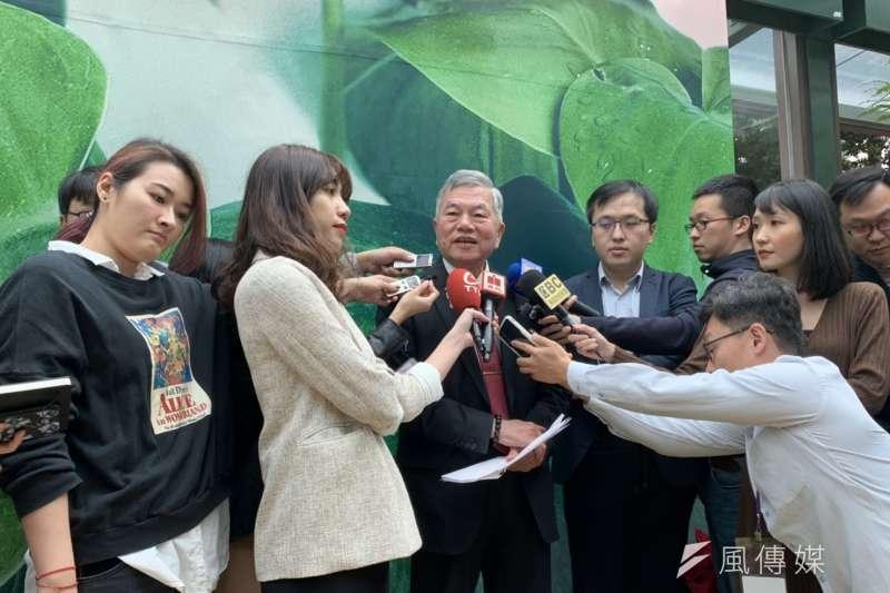 經濟部23日舉行年終餐敘,經濟部長沈榮津(中)出席並受訪。(尹俞歡攝)