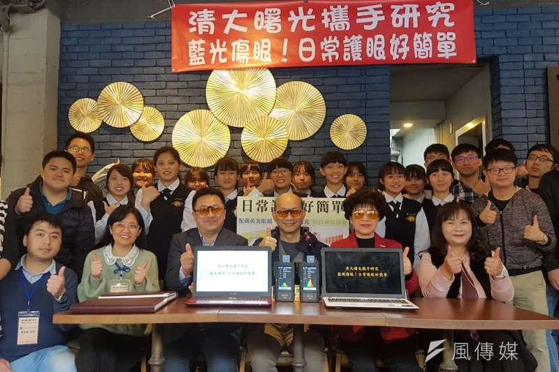 清大OLED照明團隊與曙光女中科學專題研究團隊,揭示電腦螢幕及顯示器對人眼的傷害,並提出護眼之道。(圖/方詠騰攝)