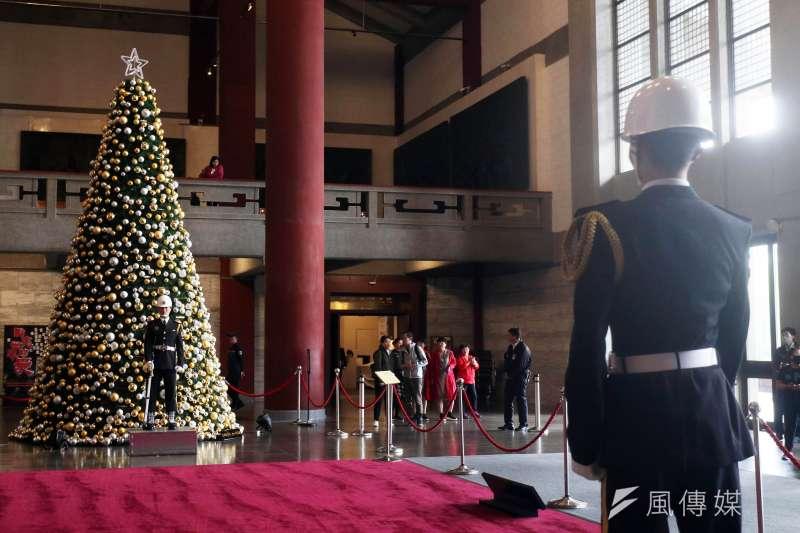 台北市國父紀念館銅像大廳,創館47年來首度有耶誕樹進駐,與現駐防在該處的海軍儀隊形成有趣對比。(蘇仲泓攝)