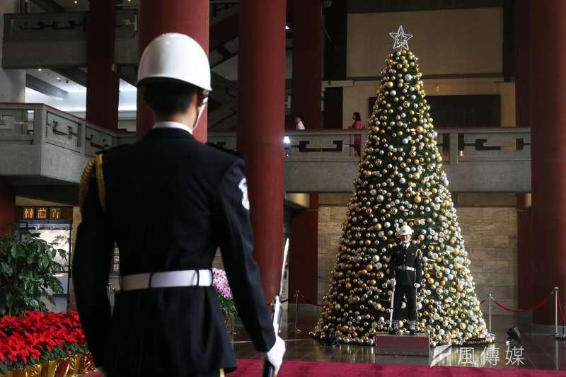 20191223-台北市國父紀念館銅像大廳,創館47年來首度有耶誕樹進駐,與現駐防在該處的海軍儀隊形成有趣對比。(蘇仲泓攝)