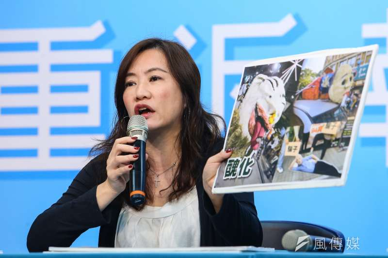 韓辦總發言人王淺秋23日召開「民主和平勝利 V.S.『霸』韓芒果乾吹牛醜化」記者會,並拿出罷韓遊行現場一些醜化韓國瑜的道具畫面。(顏麟宇攝)