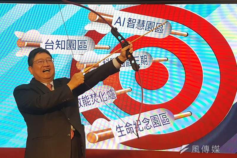 新竹縣長楊文科舉起弓箭,承諾「五支箭」重大建設將一一射向靶心。(圖/方詠騰攝)