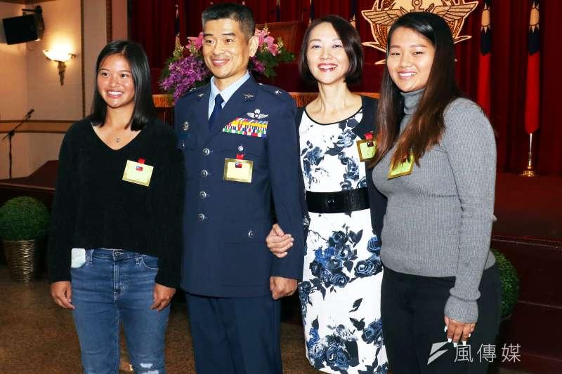 20191224-國防部戰情中心主任魏兆麟24日晉升少將,在晉任典禮上與妻女合影。(蘇仲泓攝)