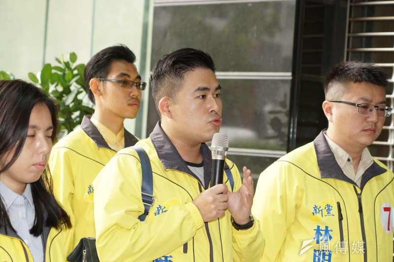 國軍黑鷹直升機失事,新黨發言人王炳忠(右二)發文表示,「黑鷹直升機一直是蔡英文的逃亡的工具」引發爭議。(資料照,盧逸峰攝)
