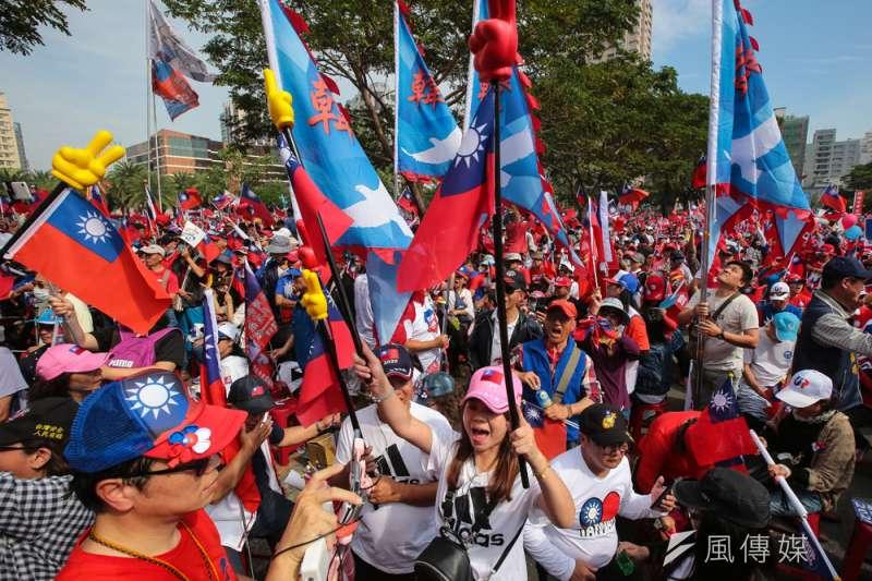 高雄挺韓遊行延續青天白日滿地紅國旗到處飄揚的風格。(顏麟宇攝)