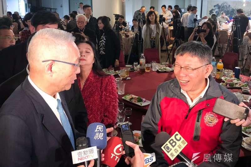 台北市長柯文哲(右)25日出席台北市議會50周年慶祝活動,現場與國民黨主席吳敦義(左)寒暄互動。(方炳超攝)