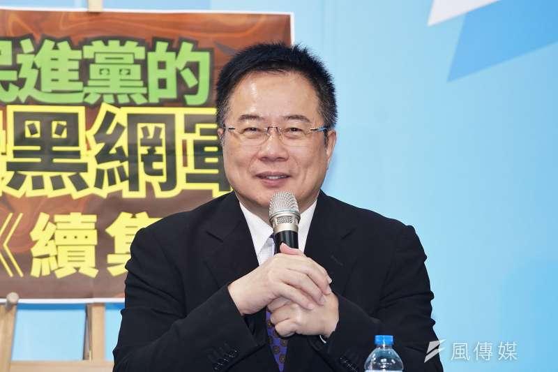 國民黨副秘書長蔡正元於25日召開「民進黨暗黑網軍續集」記者會,公布民進黨與南風整合行銷公司的網軍合約內容。(盧逸峰攝)