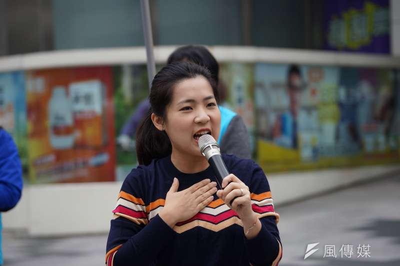 20191225-台北市議員徐巧芯25日陪同立委費鴻泰站路口宣講。(盧逸峰攝)