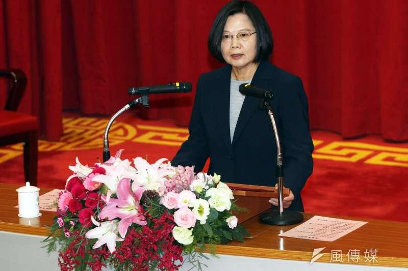 20191226-總統蔡英文(左)26日出席法務部調查局調查班第56期結業典禮。(蘇仲泓攝)
