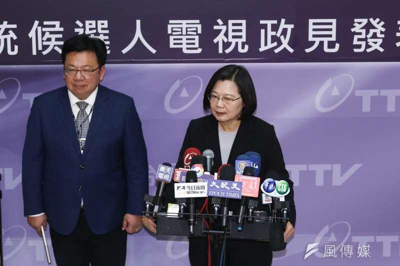 總統蔡英文(右)指國民黨總統候選人韓國瑜「對綠電看法完全錯誤」。(陳品佑攝)
