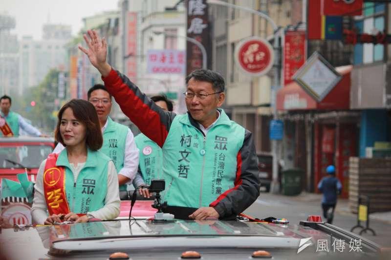 台灣民眾黨主席柯文哲(前排右)28日前往高雄,進行「南北眾貫線」車隊大掃街,陪同高雄第五選區候選人李佳玲(前排左)掃街。(方炳超攝)