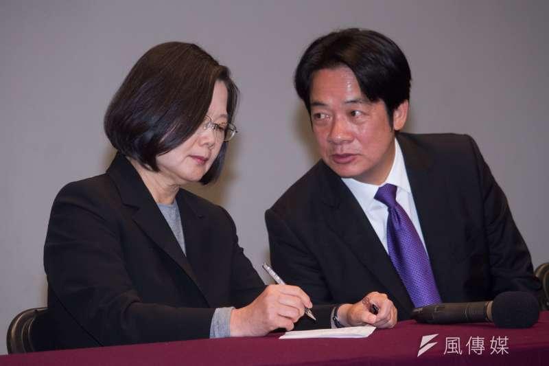 《台灣指標民調》顯示,在傳統藍略大於綠的台北市第5選區中,總統蔡英文(左)與副手賴清德(右)目前領先對手國民黨總統候選人韓國瑜與其副手張善政近30個百分點。(資料照,蔡親傑攝)