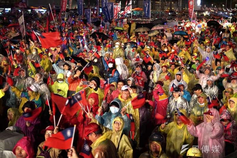 資深媒體人黃暐瀚表示,在聽聞「女兒代替爸爸感謝韓國瑜」的故事後,終於了解為什麼國民黨總統參選人韓國瑜的支持者,願意在大雨之中苦撐,支持到最後。(資料照,盧逸峰攝)