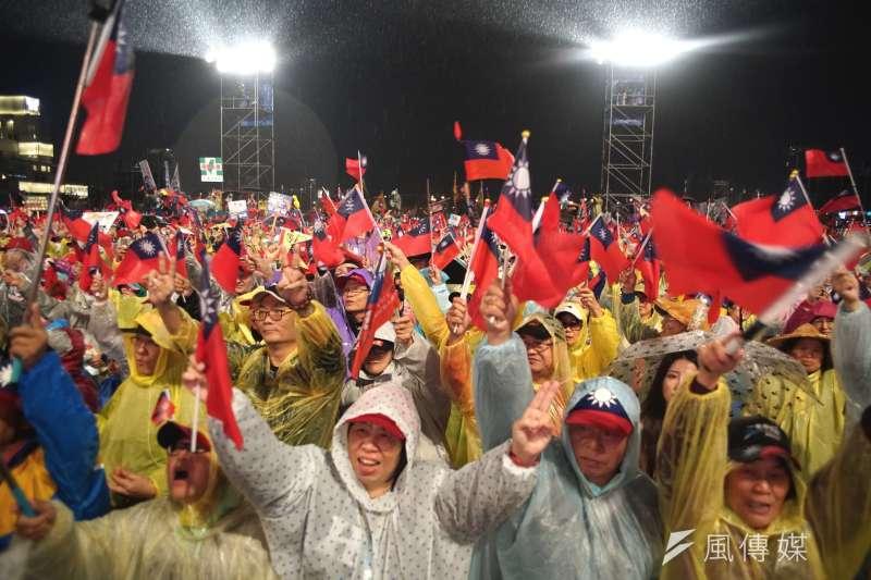 圖為國民黨總統參選人韓國瑜陣營舉行「 國政領航、台灣富強,大台中勝選晚會」,大雨之下民眾踴躍出席。(盧逸峰攝)