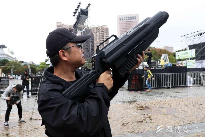 20191230-台北市警察局信義分局30日上午召開跨年晚會反恐記者會,圖為警方操作空拍機攔截器畫面。(蘇仲泓攝)
