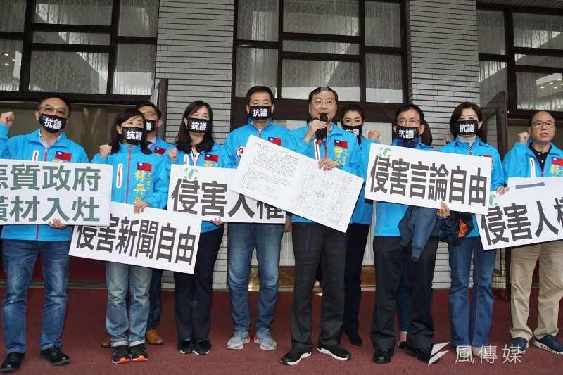 立法院院會三讀反滲透法,國民黨籍立委在議場門口舉牌抗議。(盧逸峰攝)