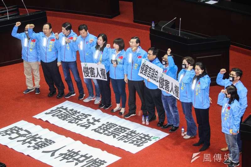 立法院9屆8會期15次會議對「反滲透法」三讀通過,國民黨團表達抗議。(蔡親傑攝)