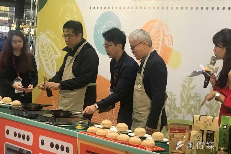 台南市長黃偉哲上午9點還在台南永華開市政會議,近中午12點已在台北車站製作「麻油煎蛋」。(圖/鄭夢華攝)