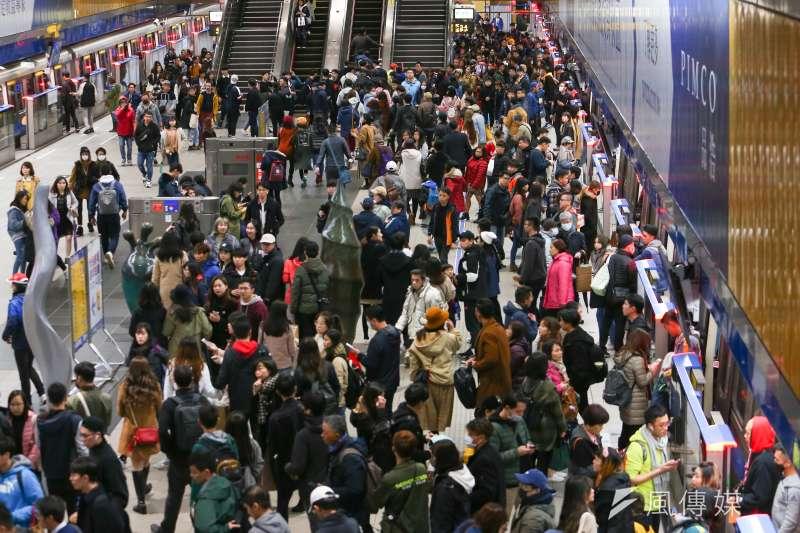 台北市政府宣布今年跨年晚會照常舉辦,但人數上限為8萬人,民眾須配戴口罩、量體溫。示意圖。(資料照,顏麟宇攝)