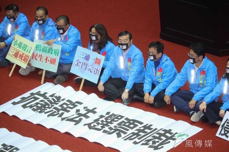 立法院9屆8會期15次會議三讀「反滲透法」,國民黨黨團靜坐表示立場。(蔡親傑攝)