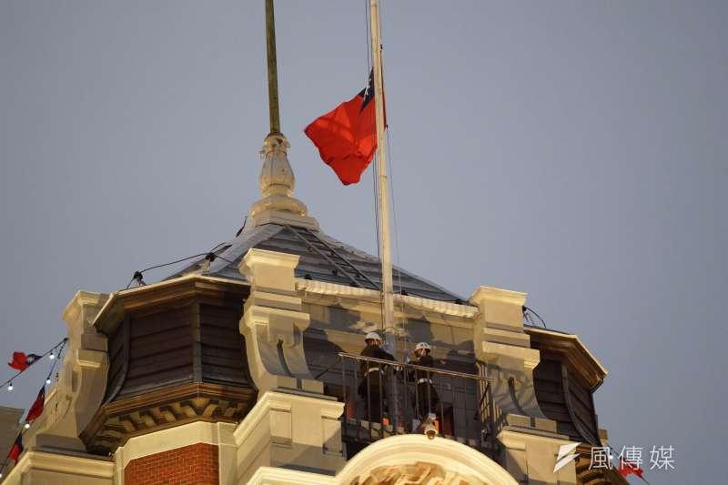 總統府元旦升旗典禮,國旗緩緩升起。(盧逸峰攝)
