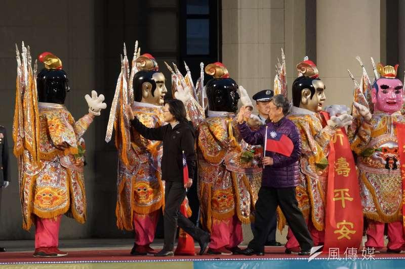 20200101-總統府元旦升旗典禮於1日舉行,總統蔡英文、副總統陳建仁與電音三太子擊掌。(盧逸峰攝)