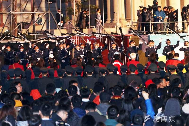 20200101-總統府升旗典禮1日舉行,三軍儀隊表演操槍。(蘇仲泓攝)