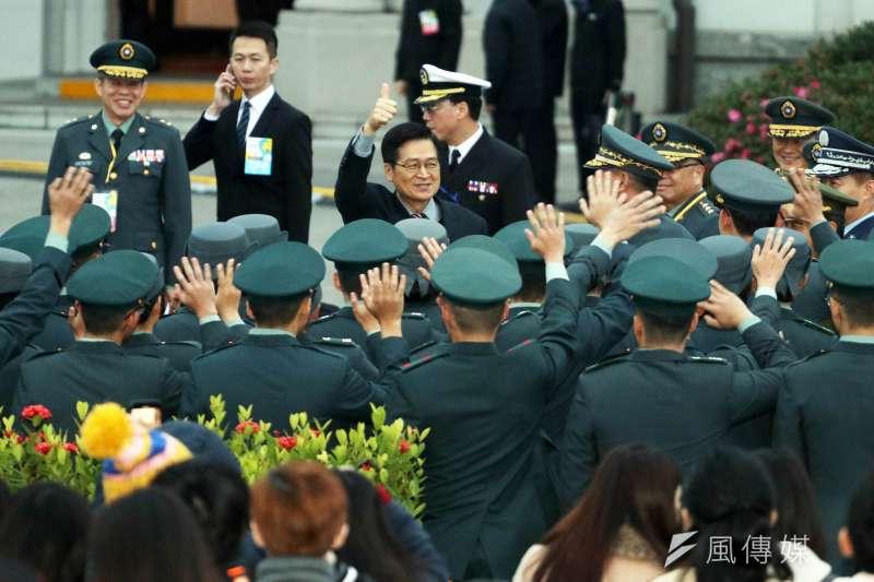 20200101-國防部長嚴德發1日出席總統府升旗典禮,和軍校生致意。(蘇仲泓攝)
