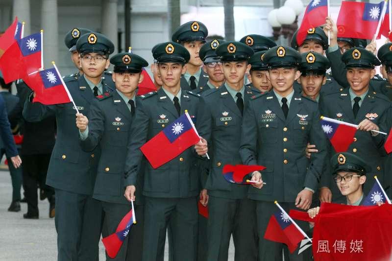 迎接2020年,國軍不少單位投入各地升旗活動。總統府升旗典禮1日舉行,軍校生手持國旗合影。(蘇仲泓攝)