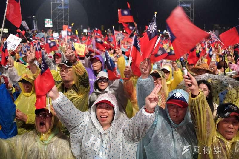 韓國瑜在台中造勢即便天氣寒冷、下大雨、場地泥濘,韓粉仍堅定挺韓。(盧逸峰攝)