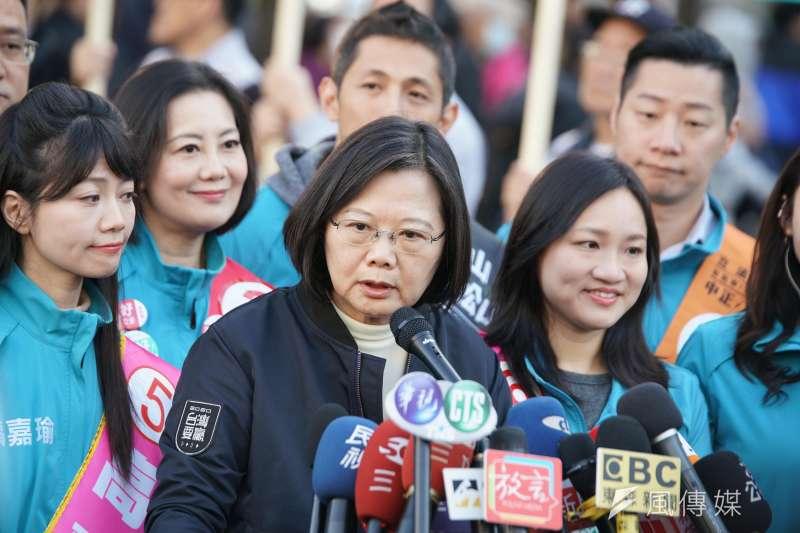20200102-總統蔡英文2日陪同台北市立委參選人於台北小巨蛋拜票。(盧逸峰攝)