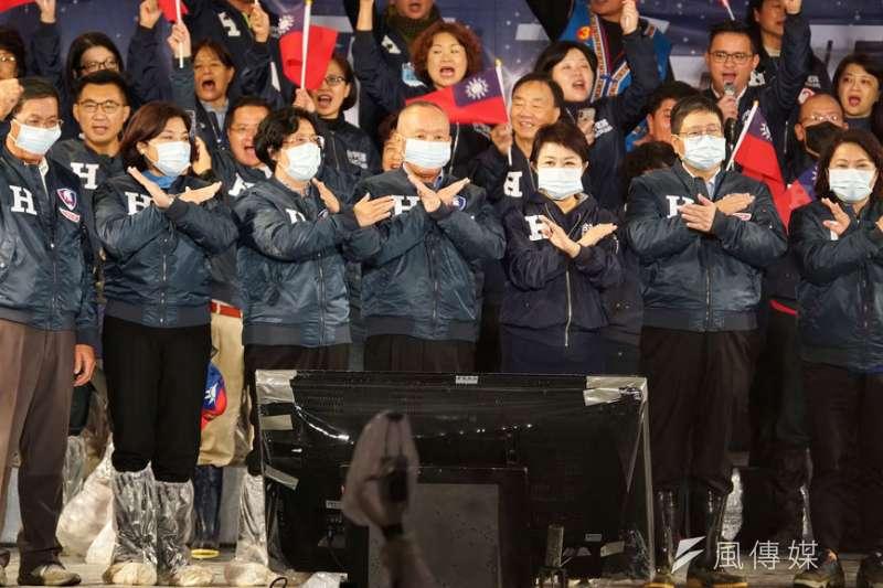 盧秀燕(右三)帶領中部七縣市首長戴著口罩,高喊「拒絕空汙,拒絕民進黨」口號。(盧逸峰攝)