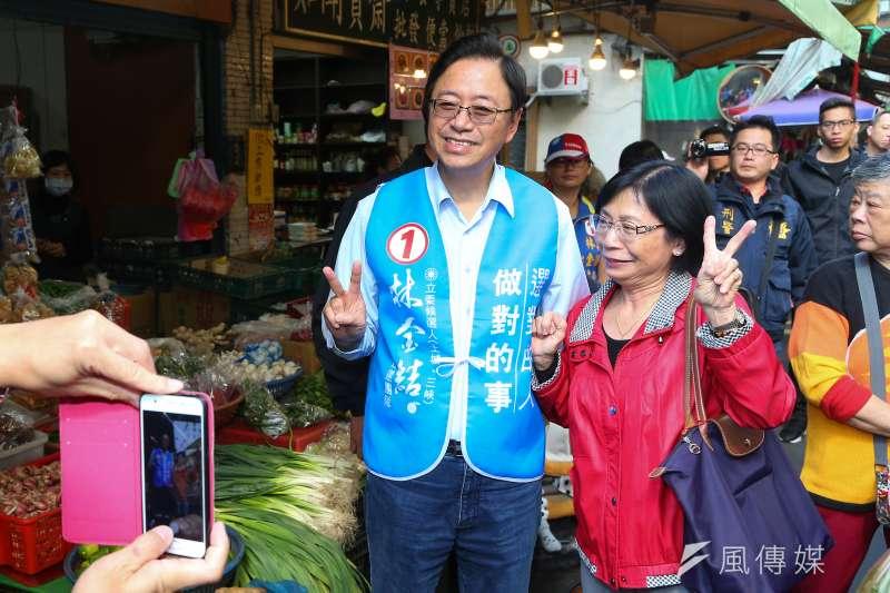 國民黨副總統候選人張善政(左)提到能源政策時表示,當選後要降低燃煤發電的比例,支持綠電,以核養綠。(資料照,顏麟宇攝)