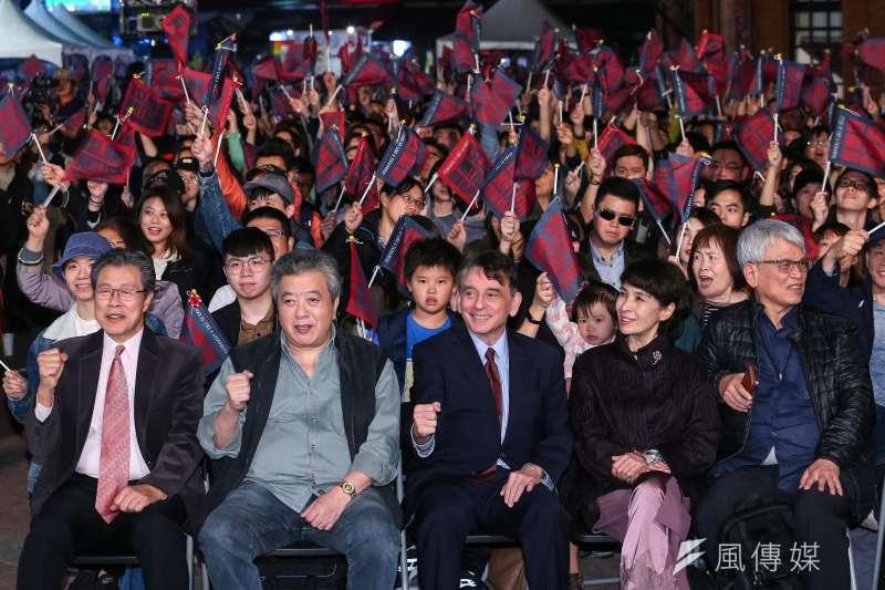 20200103-演員楊烈(左起)、林在培、前AIT處長司徒文、監製馮賢賢等人3日出席《國際橋牌社》戶外播映活動。(顏麟宇攝)