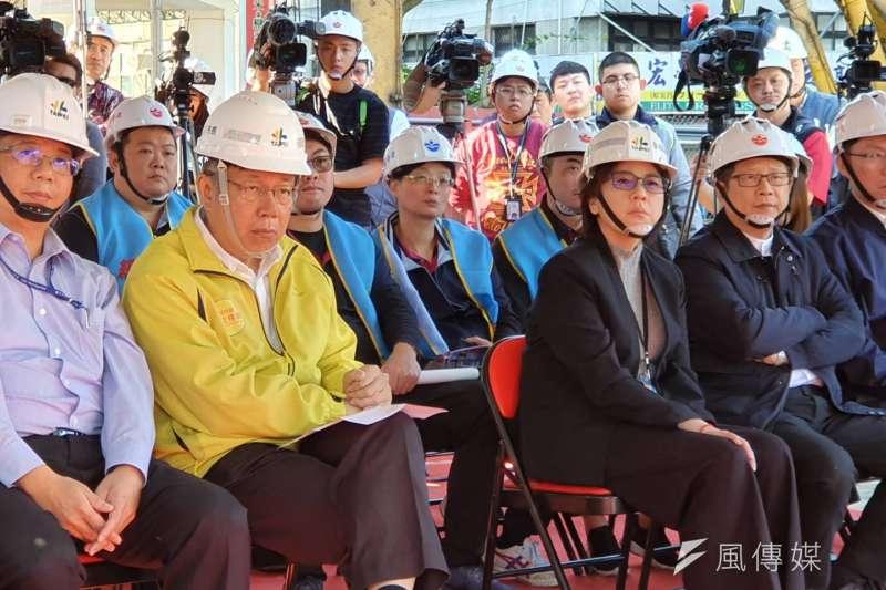 談及前北農總經理吳音寧呼籲不要投民眾黨,台北市長柯文哲(左二)3日受訪時表示,他現在是基進黨的人,這樣講很正常。(方炳超攝)
