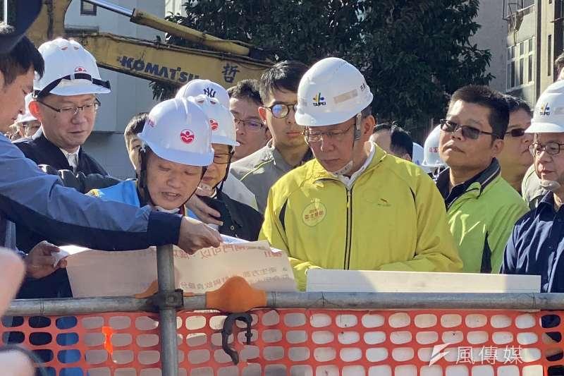 20200103-台北市長柯文哲3日上午前往視察成功中繼市場工地及成功市場臨時攤棚,並接受媒體訪問。(方炳超攝)