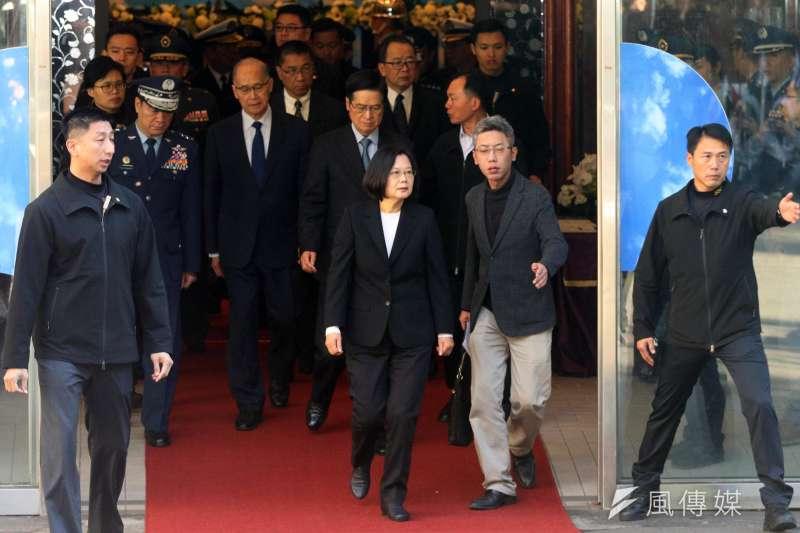 總統蔡英文3日前往三軍總醫院探視傷者,雖後前往懷德廳弔唁本次事故殉職將士。(蘇仲泓攝)