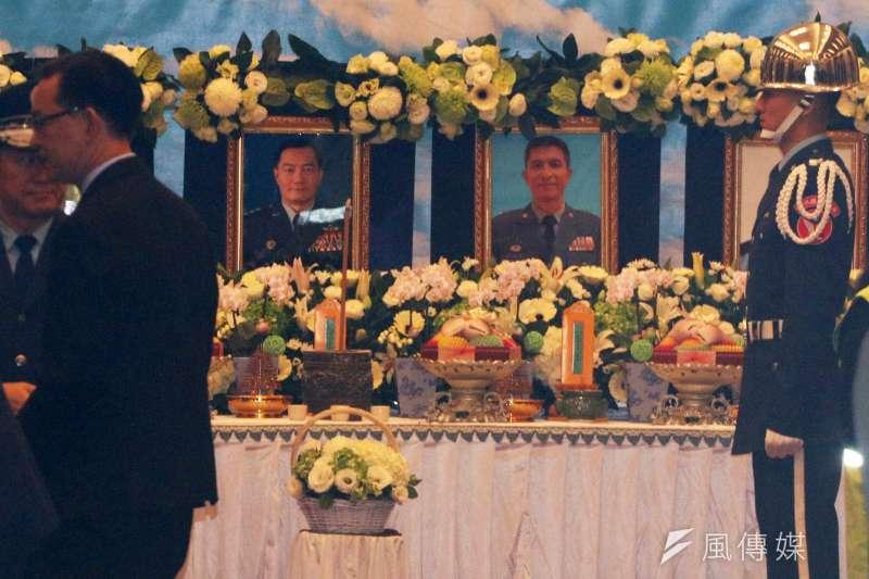 參謀總長沈一鳴上將2日因座機失事不幸殉職,同機13人共計8人罹難,三總昨日晚間設立靈堂,今上午有不少政要到場致哀。(蘇仲泓攝)