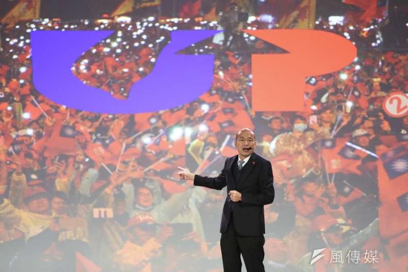 國民黨總統候選人韓國瑜說所有支持他的「韓粉」都是他的隱形的翅膀。圖為韓國瑜舉辦國政發表會,以台中大雨中造勢支持者不退為背景。(簡必丞攝)