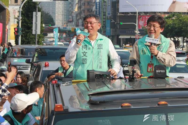 台灣民眾黨主席柯文哲(左)5日下午在台中車隊掃街,找來藝人郭子乾(右)扮演分身「柯蚊哲」助陣。(方炳超攝)