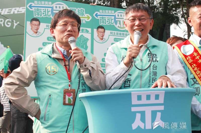 20200105-台灣民眾黨主席柯文哲(右)5日下午在台中車隊掃街,找來藝人郭子乾(左)扮演分身「柯蚊哲」助陣。(方炳超攝)
