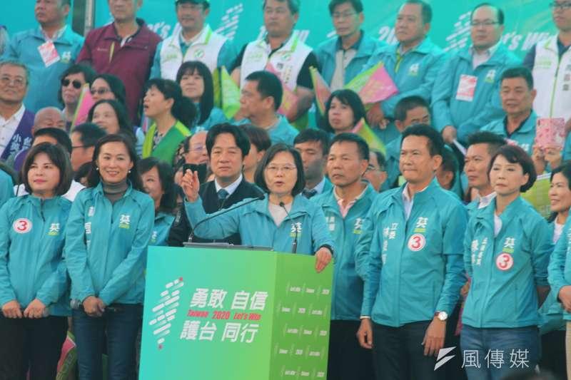 大選倒數6日,民進黨發言人戴瑋姍5日表示,接下來民進黨文將進行全台車隊掃街、造勢。圖為總統蔡英文5日在台南舉行造勢活動。(黃信維攝)