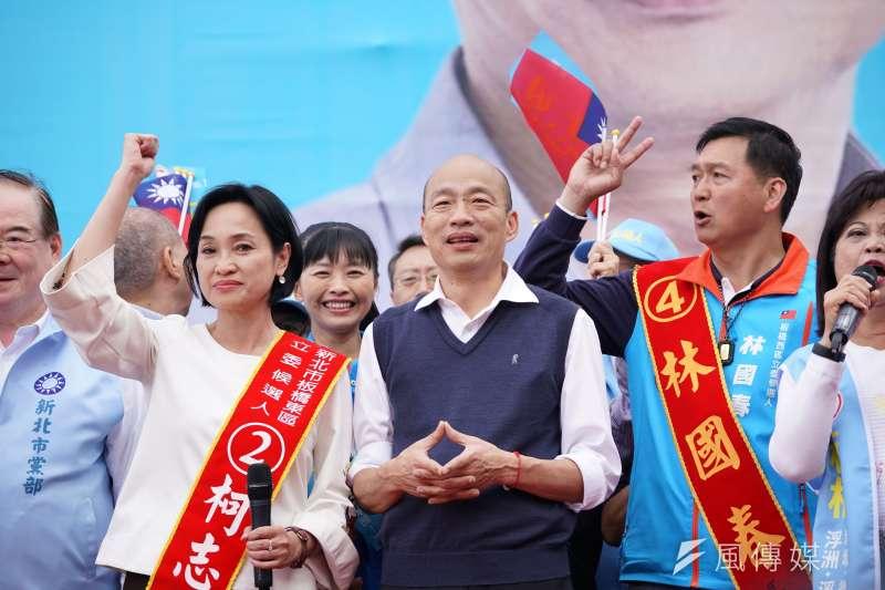 高雄市長韓國瑜(中)在競選總統期間幫板橋區立委候選人的柯志恩(左)站台時,一席「美白小腿」說引發爭議,讓柯志恩至今仍耿耿於懷。(資料照,盧逸峰攝)