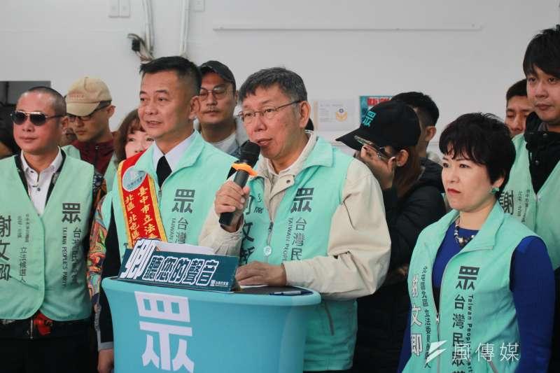 知名作家、廣播節目主持人顏擇雅5日在臉書發文表示,大家應該把握選戰最後幾天,繼續打台北市長柯文哲(右二)。(方炳超攝)