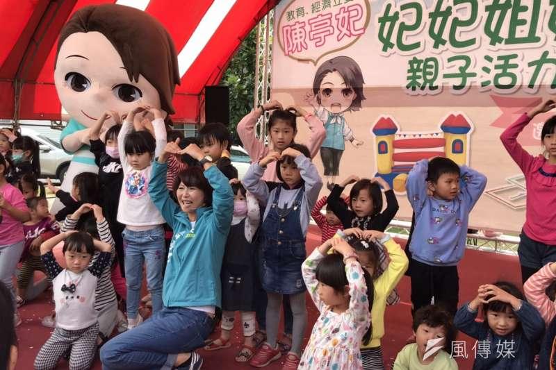民進黨立委候選人陳亭妃在選區內舉辦軟性的親子活動,期盼可以吸引更多選民的支持、關注,現場也湧入大量的民眾參與。(黃信維攝)