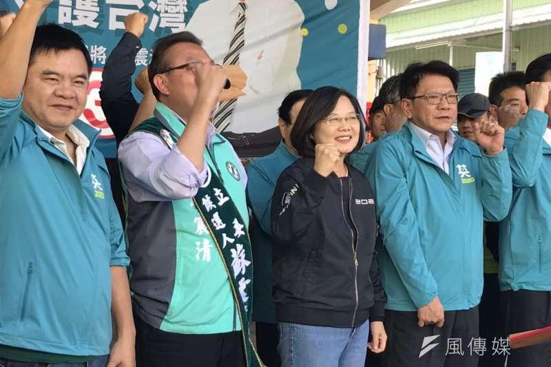 總統蔡英文6日開始進行全台大掃街,並從故鄉屏東楓港出發,一路向北前進,車隊出發前也先在蔡英文古厝旁的德隆宮舉辦記者會。(黃信維攝)